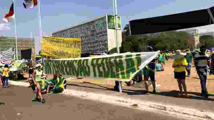 """Manifestantes bolsonaristas estendem faixa na Esplanada para pedir """"intervenção federal""""  - Rubens Valente / UOL - Rubens Valente / UOL"""