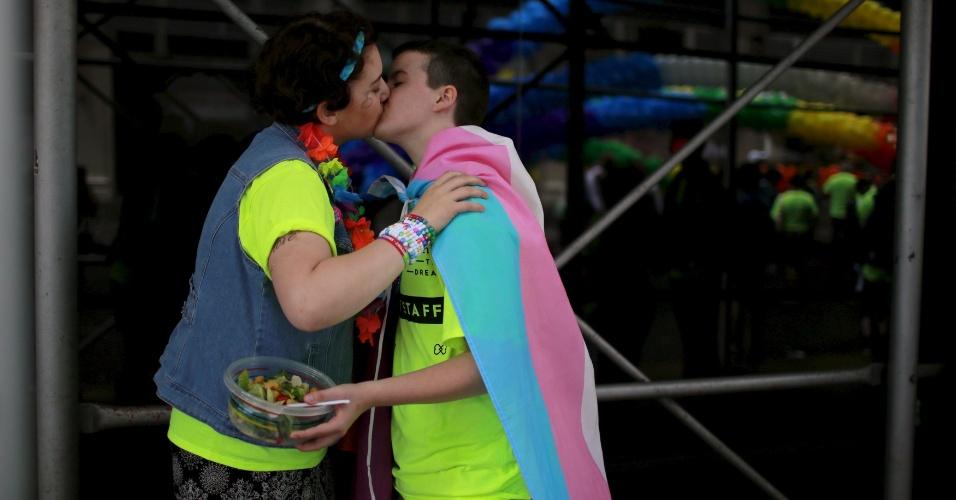 28.jun.2015 - Casal se beija durante Parada do Orgulho Gay, ao longo da 5ª Avenida, em Manhattan, na cidade de Nova York (EUA), neste domingo (28). Uma decisão da Suprema Corte dos Estados Unidos legalizou na sexta-feira (26) o casamento entre pessoas do mesmo sexo, ao derrubar vetos estaduais à união homossexual