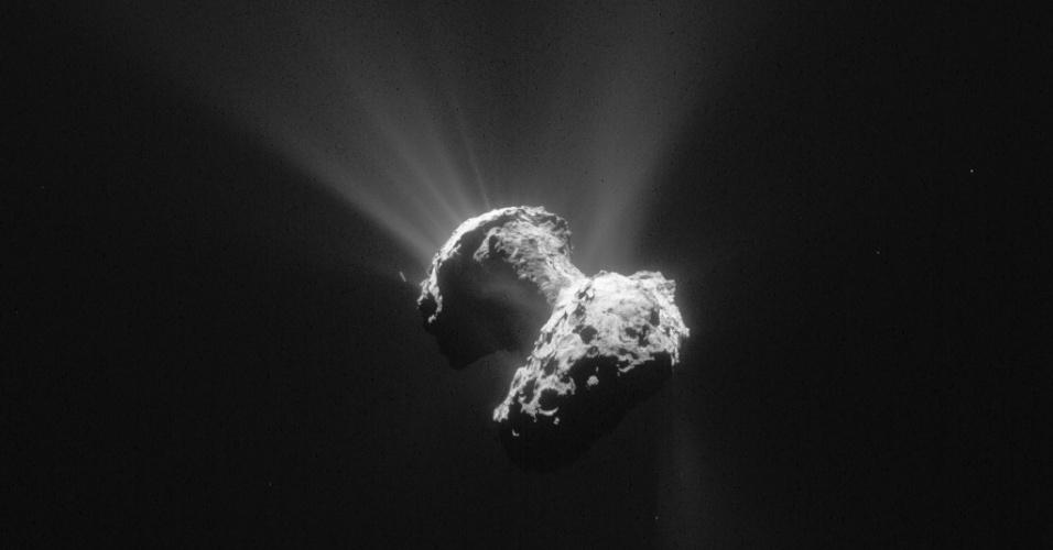 30.jun.2015 - Em 13 de agosto de 2015, o cometa 67P/Churyumov-Gerasimenko atingirá o seu ponto mais próximo do Sol ao longo de sua jornada. Será cerca de 185 milhões de quilômetros do Sol, estando entre as órbitas da Terra e Marte. A missão Rosetta, da ESA (Agência Espacial Europeia) acompanha o cometa desde 6 de agosto de 2014. O núcleo é uma mistura de água congelada e poeira. À medida que o cometa se aproxima da luz solar, ele aquece sua superfície, fazendo com que o gelo derreta. O gás que vem da evaporação do líquido leva consigo grandes quantidades de poeira. A sonda Rosetta vai continuar observando a atividade do cometa até em setembro de 2016