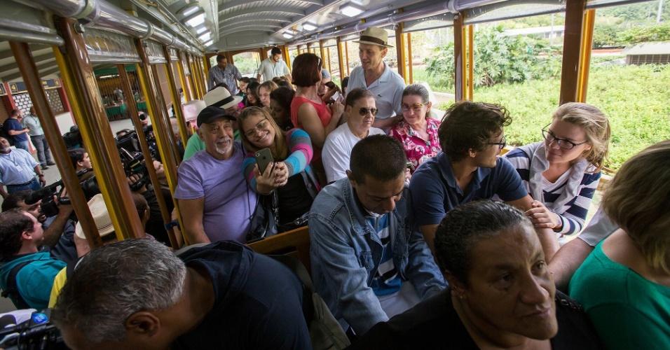 27.jul.2015 - Passageiros passeiam no bondinho de Santa Teresa, na região central do Rio de Janeiro, na manhã desta segunda-feira (27), primeiro dia de pré-operação do sistema