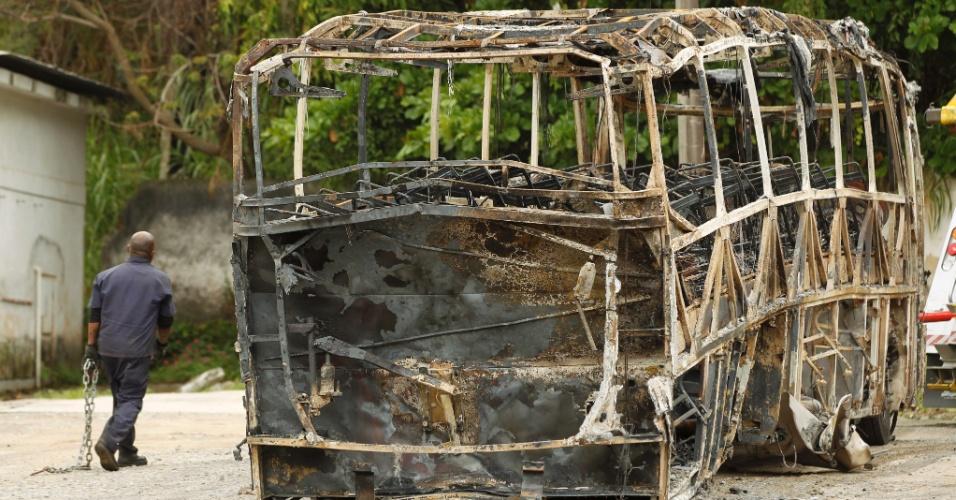 2.set.2015 - Funcionário se prepara para guinchar ônibus incendiado durante protesto de moradores do morro do Preventório, em Niterói, ocorrido na noite desta segunda-feira (1º). O motivo do ato seria a morte de um jovem, que foi baleado durante uma ação da Polícia Militar na comunidade. Três ônibus foram incendiados durante manifestação