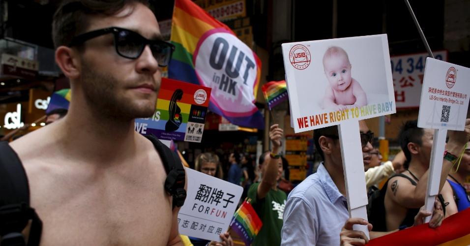7.nov.2015 - Manifestantes erguem cartazes pedindo que casais homossexuais tenham direito de ter filhos durante parada anual do orgulho gay em Hong Kong, na China