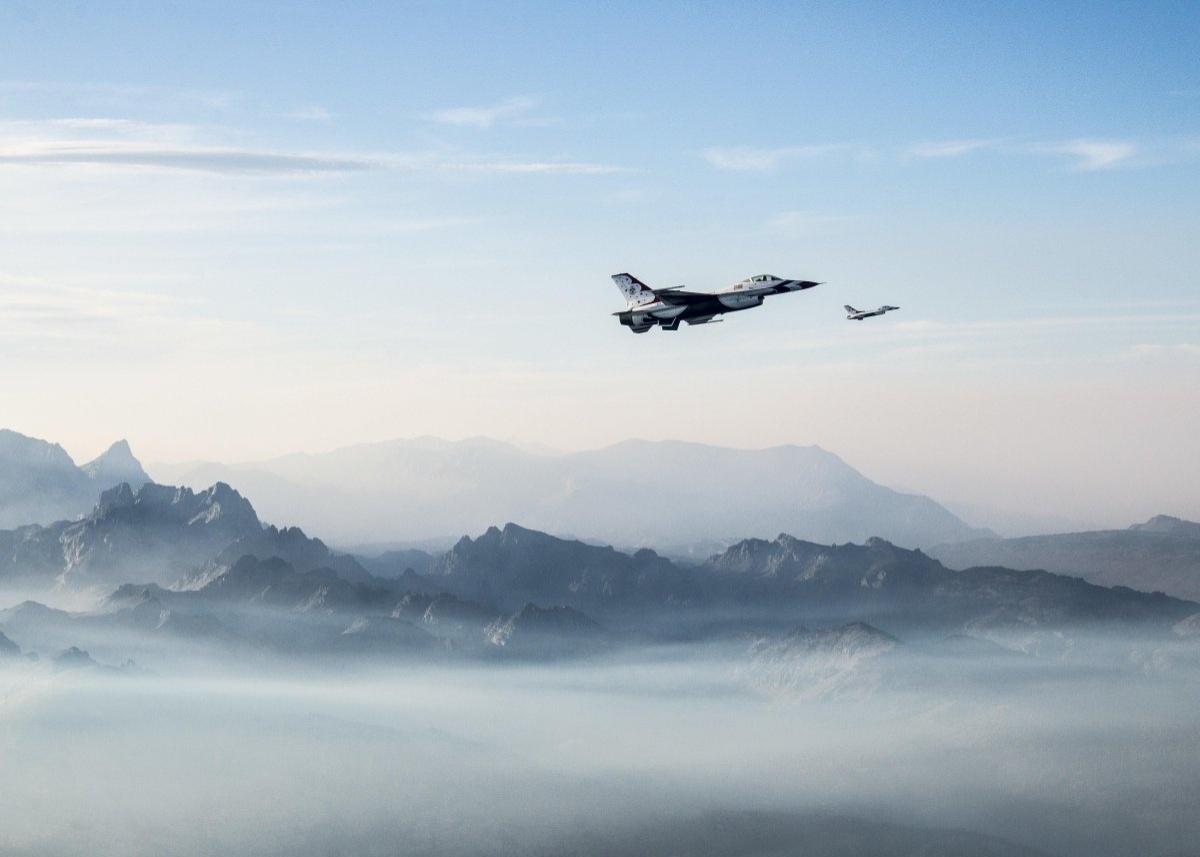 13.jan.2016 - O major Jason Curtis e o capitão Nicholas Eberling, da Força Aérea dos Estados Unidos, participam de voo conjunto em Minden, Nevada, em agosto de 2015