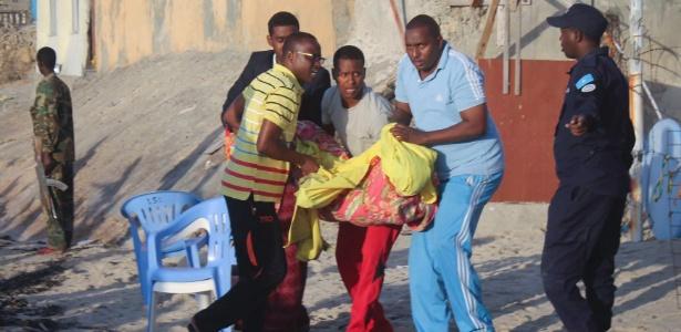Vítima de ataque a restaurante é transportada depois da retomada de controle do local