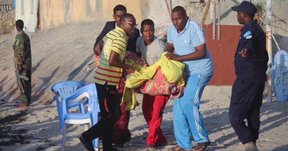 22.jan.2016 - Vítima de ataque a restaurante de Mogadíscio, capital da Somália, é transportada depois da retomada de controle do local pelas forças de segurança. Pelo menos 20 pessoas morreram no ataque cometido por milicianos do grupo jihadista Al Shabab contra o hotel e restaurante Beach View
