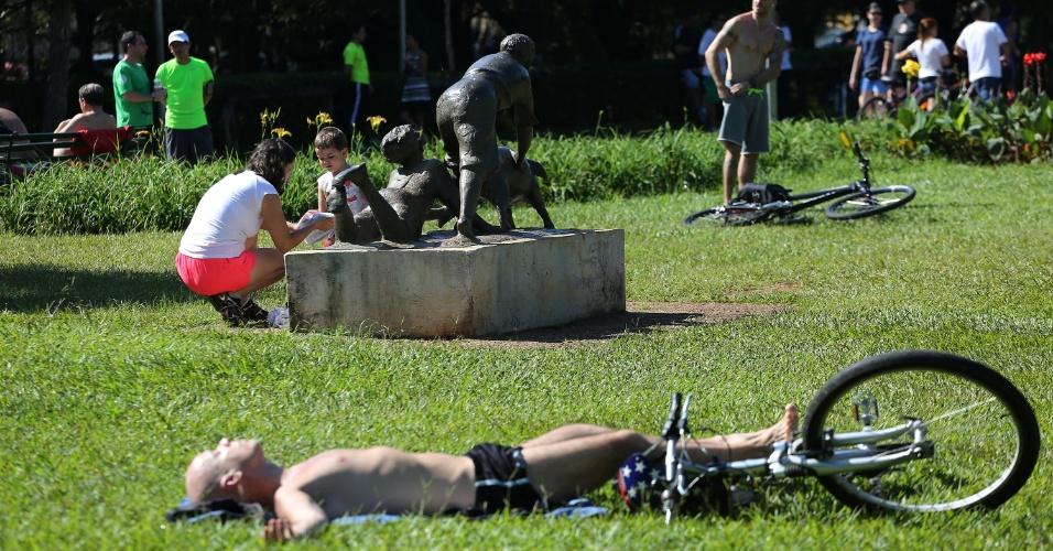25.jan.2016 - Milhares de paulistanos aproveitaram o feriado pelo aniversário de 462 anos de São Paulo para descansar no Parque do Ibirapuera, na Zona Sul da cidade. O parque é um dos principais pontos turísticos da capital