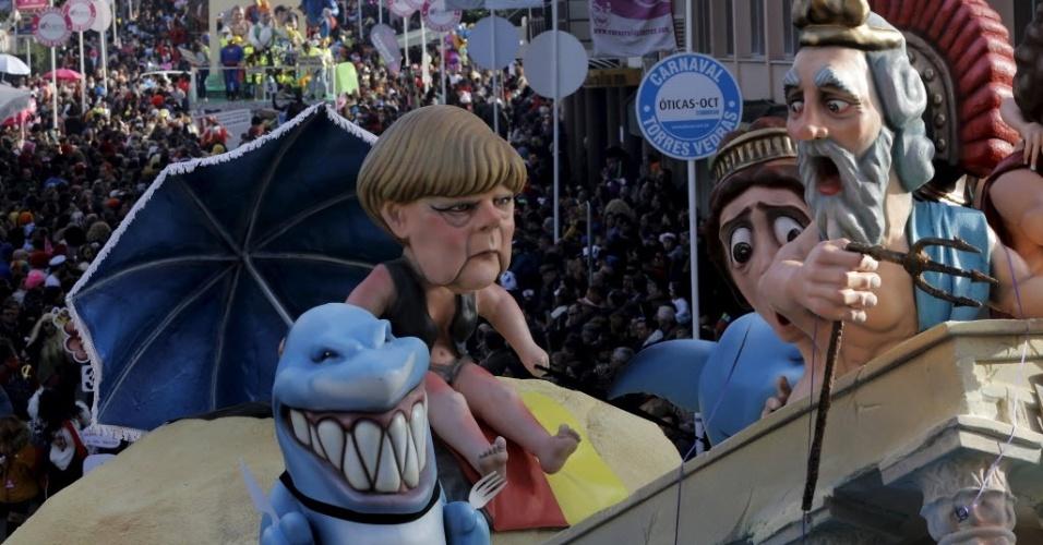 TORRES VEDRAS, PORTUGAL - Carro alegórico do carnaval de Torres Vedras, em Portugal, tem boneco satirizando a chanceler alemã Angela Merkel