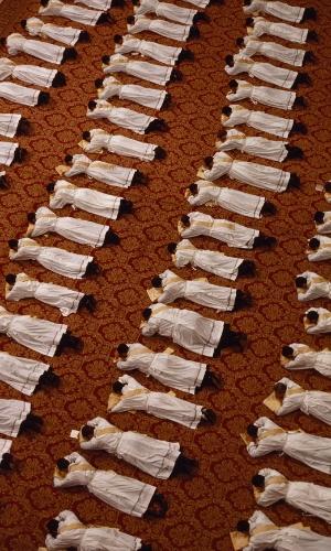 27.abr.2016 - Clérigos católicos se prostram em cerimônias de ordenação, rituais pelos quais precisam passar antes de assumir uma posição na igreja