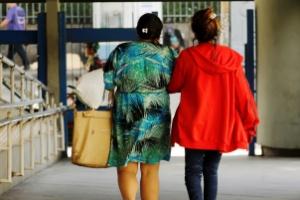 26.mai.2016 - Jovem que teria sido vítima de estupro coletivo deixa o hospital municipal Souza Aguiar acompanhada da mãe. Ela se submeteu a exames e foi medicada contra doenças sexualmente transmissíveis