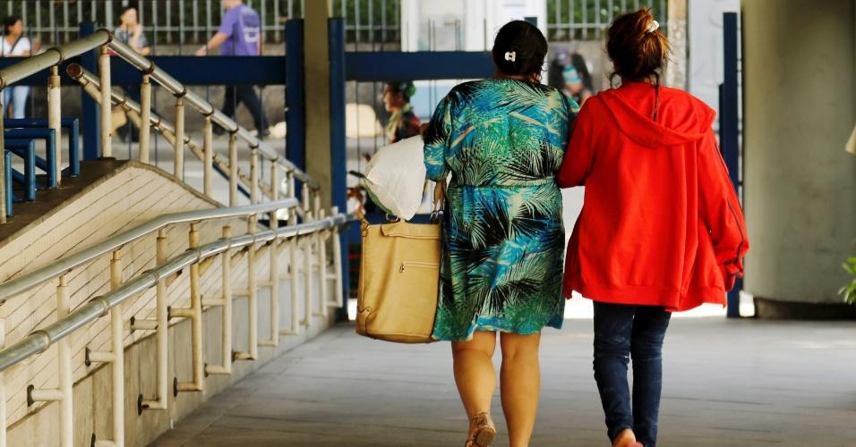 26.mai.2016 - Jovem que teria sido vítima de estupro coletivo deixa o hospital municipal Souza Aguiar, no Rio de Janeiro, acompanhada da mãe. Ela se submeteu a exames e foi medicada contra doenças sexualmente transmissíveis
