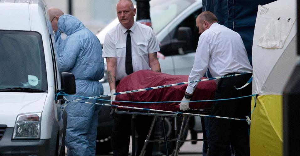 4.ago.2016 - Corpo de mulher é levado de praça no centro de Londres para ambulância após análise da perícia no local. Um homem, armado com uma faca, matou uma mulher e deixou cinco feridos na noite desta quarta-feira (3) na Russell Square, próxima ao Museu Britânico. Segundo a polícia, o jovem detido após o ataque sofre de problemas mentais