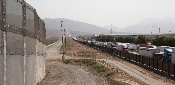 Fila de caminhões na fronteira dos EUA com o México