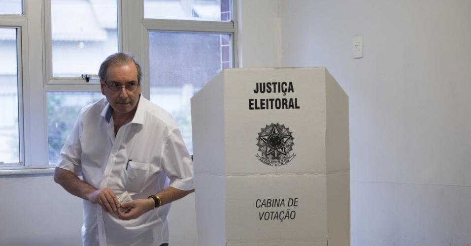 """2.out.2016 - O deputado federal cassado Eduardo Cunha (PMDB-RJ) foi chamado de """"palhaço"""" e posou para selfies ao deixar o local de votação na manhã deste domingo (2), na Barra da Tijuca, zona oeste do Rio de Janeiro, bairro onde mora. Acompanhado da filha, ele disse ter votado no candidato a vereador Chiquinho Brazão (PMDB), """"como sempre"""", mas não revelou sua escolha para a Prefeitura do Rio, """"em respeito ao partido"""""""