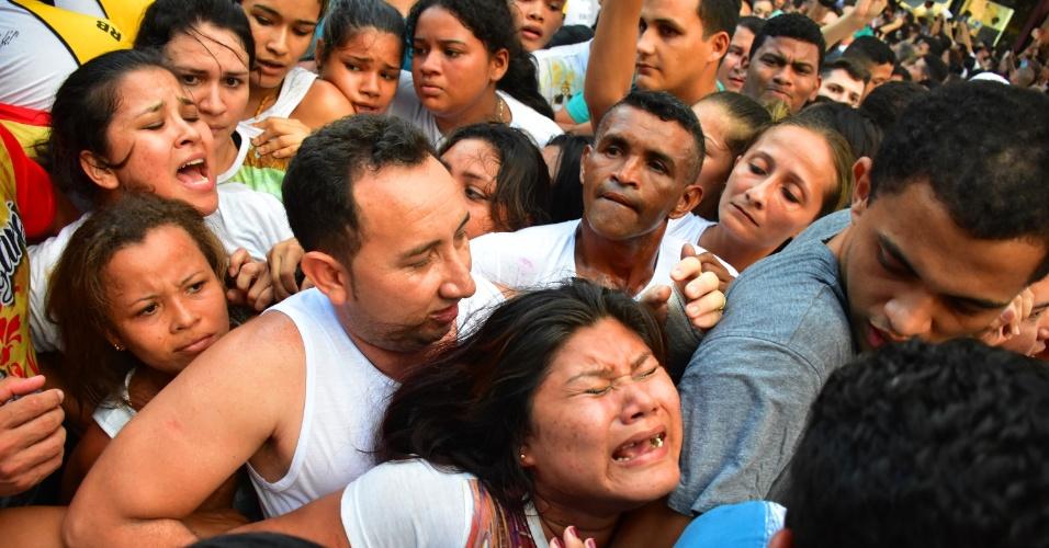 9.out.2016 - Pessoas se espremem durante procissão do Círio de Nazaré neste domingo (9), em Belém (PA)