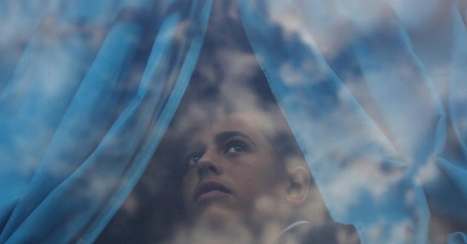 19.out.2016 - Menino palestino olha através da janela de ônibus enquanto espera pela travessia para o Egito através do posto fronteiriço de Rafah depois da fronteira ser aberta por autoridades egípcias para casos humanitários, em Rafah na Faixa de Gaza