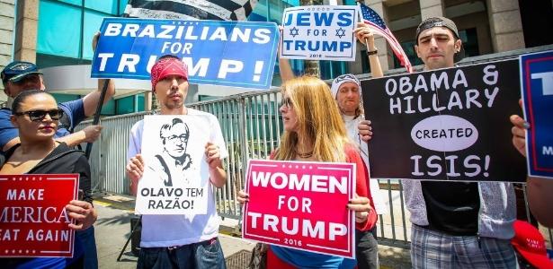 Apoiadores brasileiros de Trump erguem cartazes na avenida Paulista, em São Paulo