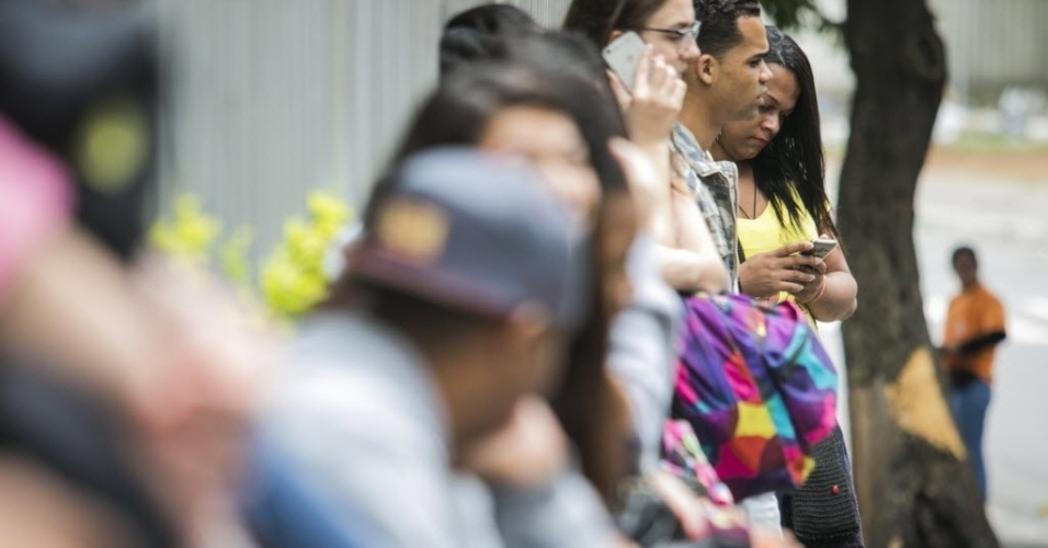 6.NOV.2016 - Candidatos do Enem formam fila em frente à Uninove, na zona oeste de 6.nov.2016 - São Paulo, antes da abertura dos portões para o segundo dia de provas, neste domingo