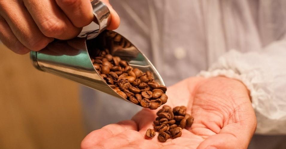 """A fabricação do perfume Coffee inclui uma bebida muito presente na mesa dos brasileiros: o café. A infusão dos grãos entra na mistura dos ingredientes para fazer o perfume. """"A ideia é dar um toque especial, mas não ficar cheirando a café"""", diz o especialista em fragrâncias da marca, Cesar Veiga"""