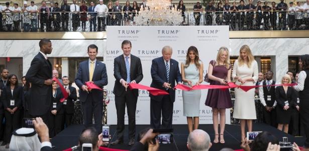 Donald Trump e sua família participam de cerimônia de inauguração do Trump International Hotel, em Washington