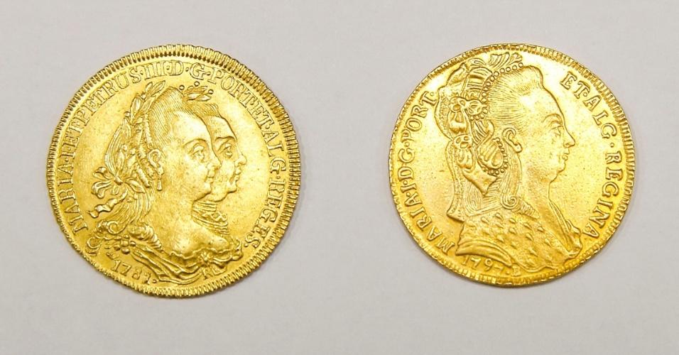 Moedas de ouro de Portugal com a efígie da rainha D. Maria I. Cada moeda é vendida por R$ 5.000