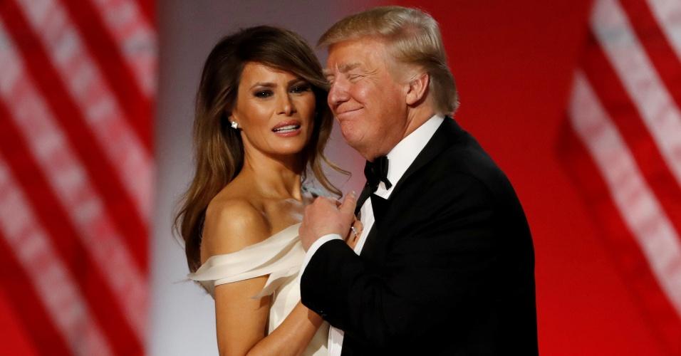20.han.2917 - Donald Trump e Melania dançam em noite de gala após a posse