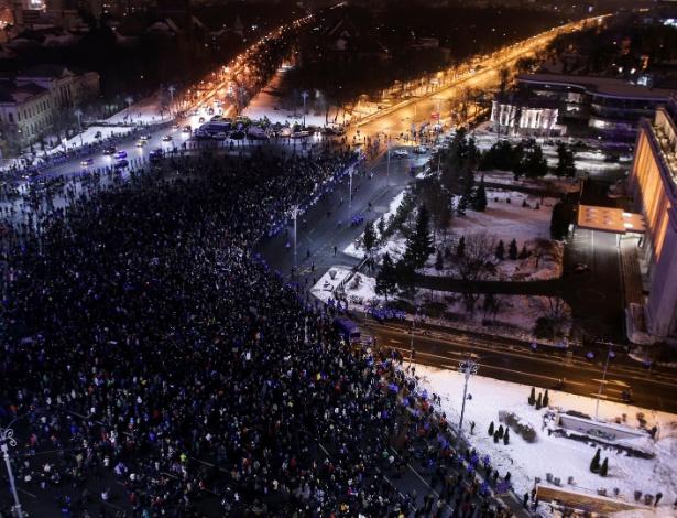 Milhares de romenos protestaram em frente à sede do governo no Palácio Victoria em Bucareste