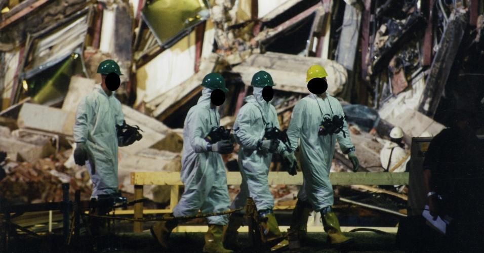 Especialistas forenses, cujos rostos não foram identificados pelas imagens divulgadas pelo FBI, fazem a perícia do edifício do Pentágono após o atentado de 11 de setembro. O prédio foi o terceiro a ser atingido no ataque coordenado realizado pela Al-Qaeda
