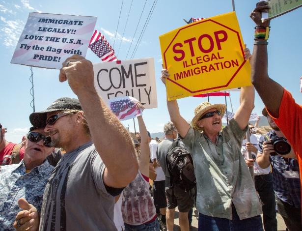 Pessoas protestam contra a imigração ilegal nos EUA