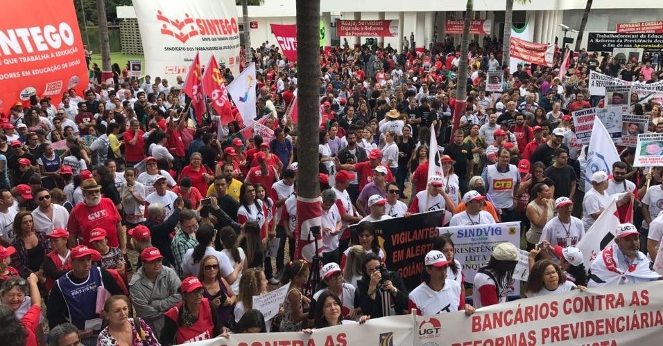 28.abr.2017 - Manifestantes ocupam área em frente ao prédio da Assembleia Legislativa de Goiás, em Goiânia. O ato reúne professores, bancários, policiais civis e sindicalistas