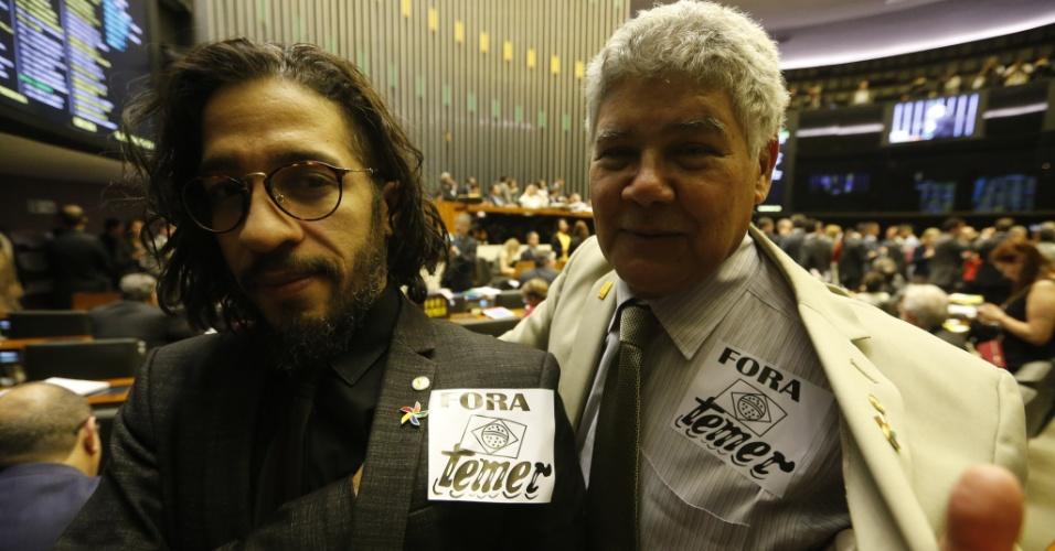 """Os deputados da oposição com adesivo colado no terno com os dizeres """"Fora Temer"""", Jean Wyllys (PSOL-RJ), e Chico Alencar (PSOL-RJ), no plenário da Câmara, em Brasília"""