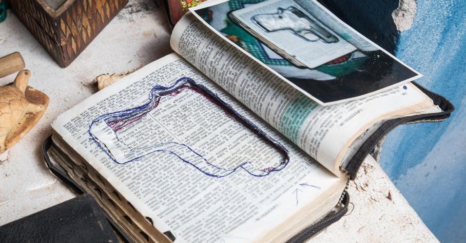 Bíblia que escondia pistola apreendida em revista na Casa de Detenção, outra peça do acervo de Ronaldo Mazotto