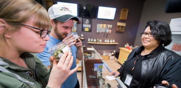 Consumidores vão às lojas no primeiro dia de venda da maconha legalizada no Estado da Califórnia (EUA)
