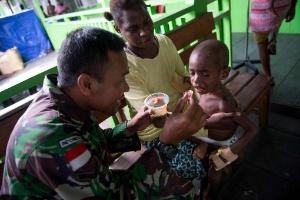 As crianças que morrem de fome nos arredores da maior mina de ouro do mundo (Foto: AFP PHOTO / BAY ISMOYO)