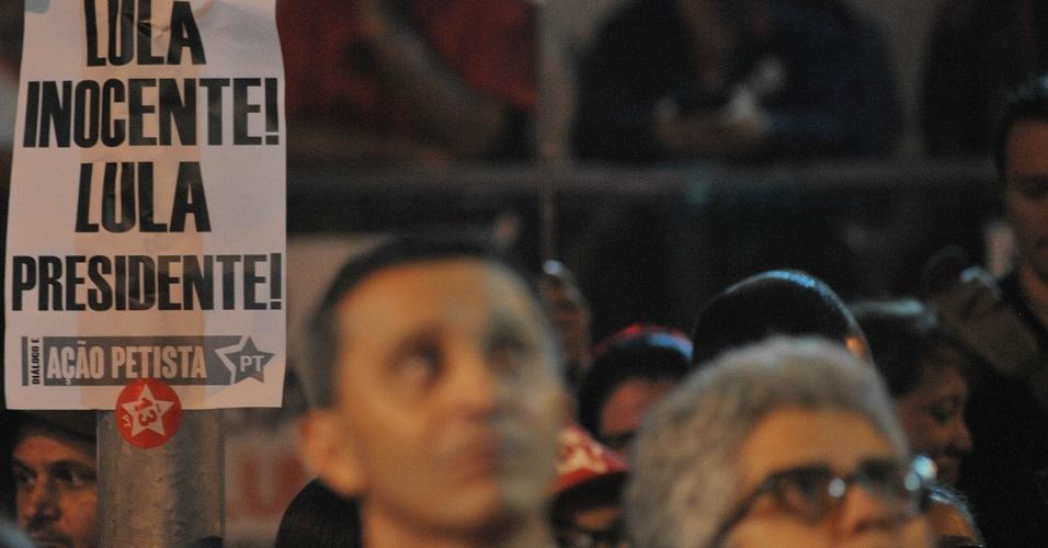 """Cartaz que diz """"Lula inocente, Lula presidente"""", próximo a manifestante em ato a favor do ex presidente Luiz Inácio Lula da Silva realizado na sede do Sindicato dos Metalúrgicos, em São Bernardo do Campo (SP)"""
