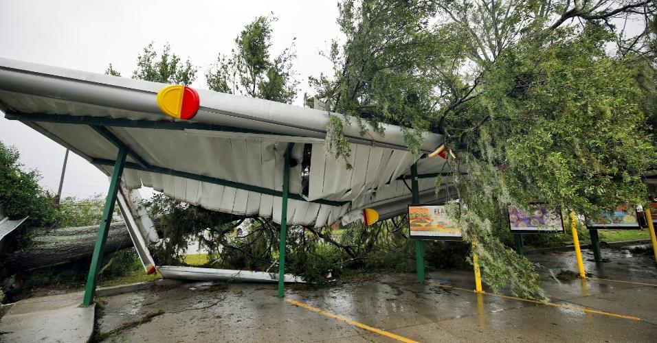 14.set.2018 - Árvore cai em cima do telhado de um estauane fast food em Wilmington, Carolina do Nore