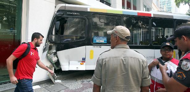 06.dez.2018 - Acidente envolvendo um ônibus da linha 422 (Grajaú - Cosme Velho), da empresa Transurb, no centro do Rio de Janeiro