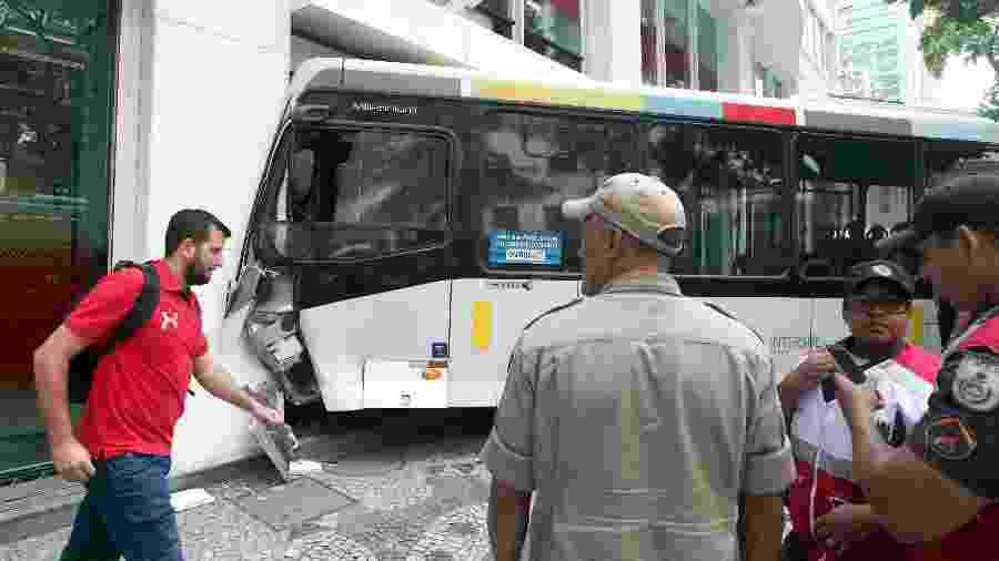 06.dez.2018 - Acidente envolvendo um ônibus da linha 422 (Grajaú - Cosme Velho), da empresa Transurb, no centro do Rio de Janeiro - Fábio Motta/Estadão Conteúdo