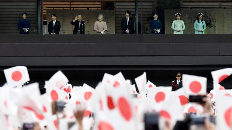 Imperador do Japão Akihito (3º à esquerda) durante sua aparição pública de aniversário com outros membros da família real - TOSHIFUMI KITAMURA/AFP