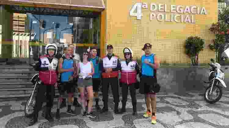 19.abr.2019 - Turista posa ao lado de homens da Guarda Municipal do Rio depois de ter o celular recuperado - Divulgação/Guarda Municipal do Rio