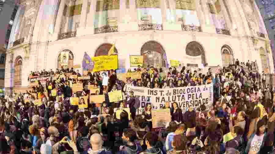 23.ago.2019 - Manifestantes se concentram na Cinelândia, no centro do Rio, para protesto em defesa da Amazônia - Allan Carvalho/AM Press&Images/Estadão Conteúdo