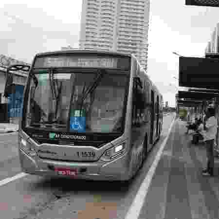 Ponto de ônibus na avenida Marquês de São Vicente, na zona oeste de São Paulo - Rivaldo Gomes/ Folhapress