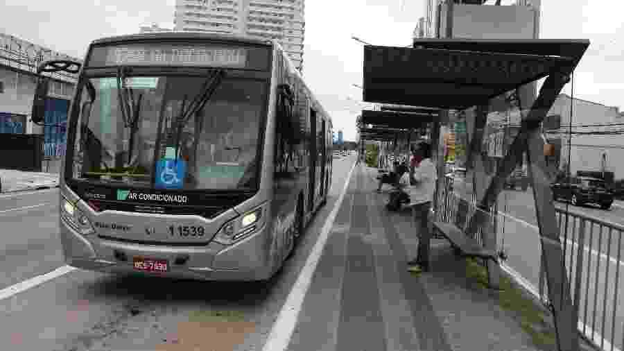 Ponto de ônibus na Avenida Marquês de São Vicente, na zona oeste de São Paulo - Rivaldo Gomes/Folhapress