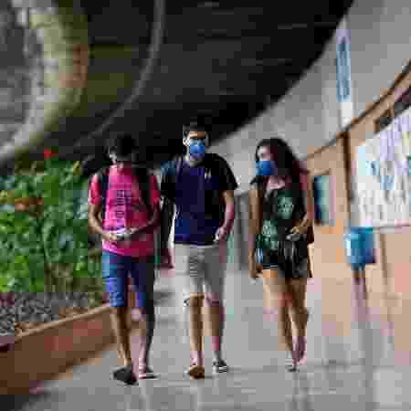13.mar.2020 - Estudantes usam máscara protetora na Universidade de Brasília (UNB) após relatos de coronavírus em Brasília - Adriano Machado/Reuters