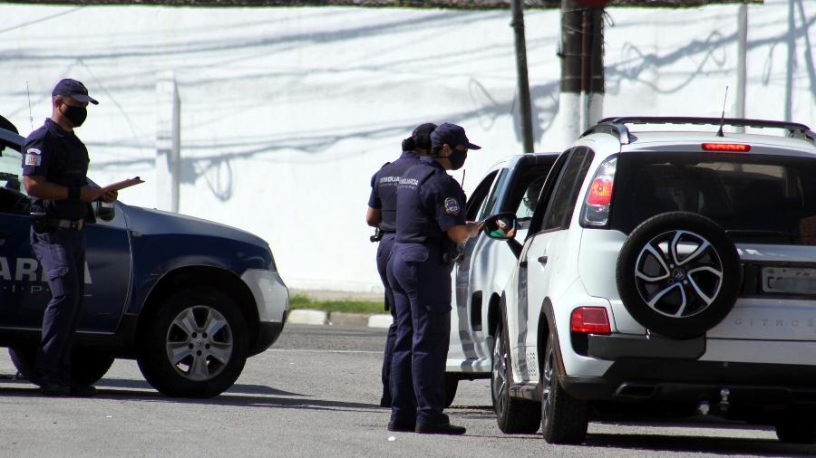 Fiscalização na entrada da cidade de Santos (SP) para combater disseminação da covid-19 - NAIR BUENO/FUTURA PRESS/ESTADÃO CONTEÚDO