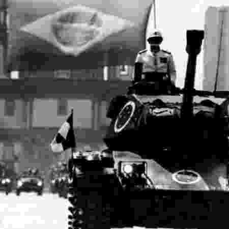 Militares em tanques na avenida Rio Branco - ACERVO ARQUIVO NACIONAL - ACERVO ARQUIVO NACIONAL