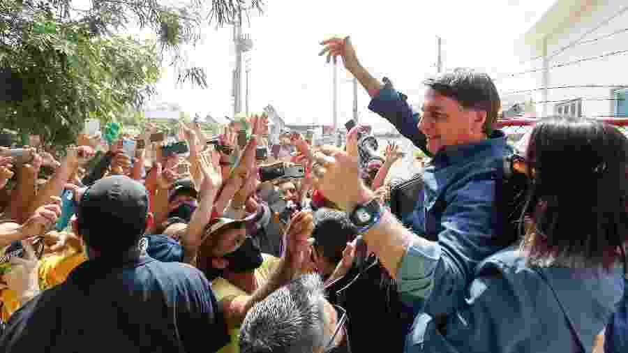 Sem máscara, o presidente Jair Bolsonaro cumprimenta apoiadores em Mossoró (RN) - Alan Santos/Divulgação