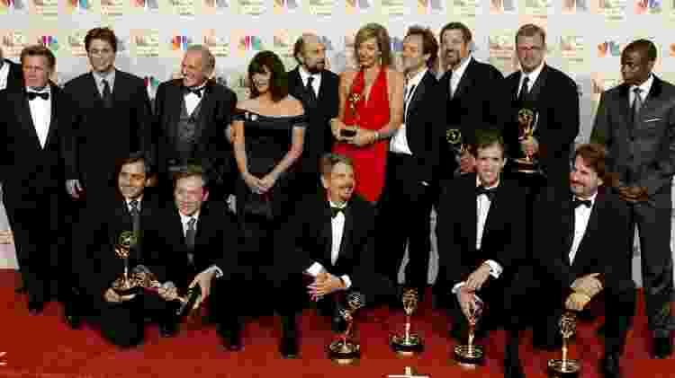 """Elenco da série """"The West Wing"""" posa para foto com prêmios Emmy - Divulgação - Divulgação"""
