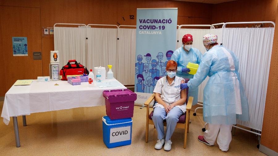 Espanha: Trabalhadora do lar de idosos Balafia, recebe uma injeção com uma dose da vacina Pfizer/BioNTech - ALBERT GEA/REUTERS