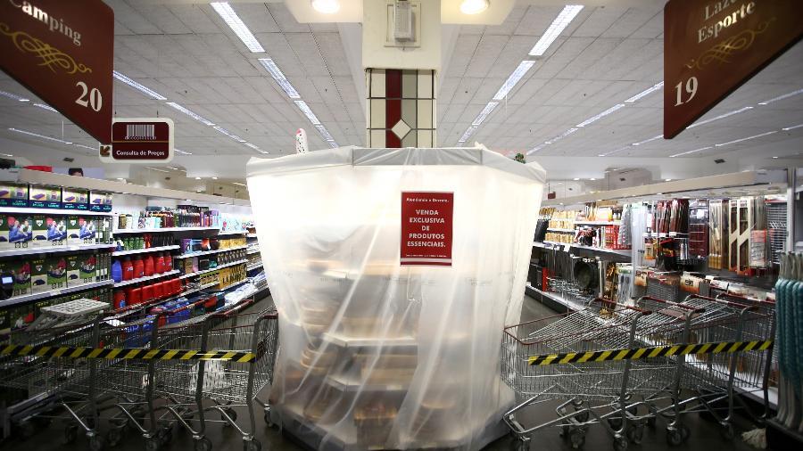 Em Porto Alegre, supermercados colocaram lonas em prateleiras de produtos não essenciais - REUTERS