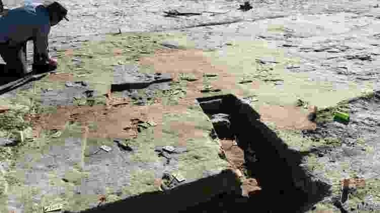 Pesquisador registra fotos que serão usadas para modelos 3D das pegadas - BOURNEMOUTH UNIVERSITY - BOURNEMOUTH UNIVERSITY